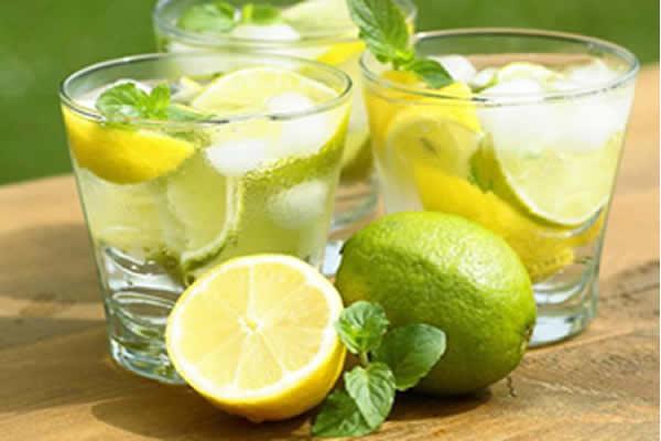 Água com limão realmente emagrece?